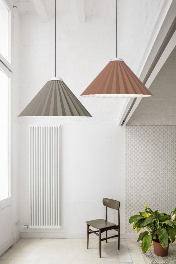 Luminaria decorativa de suspensión Plise con silla fabricada por El Torrent