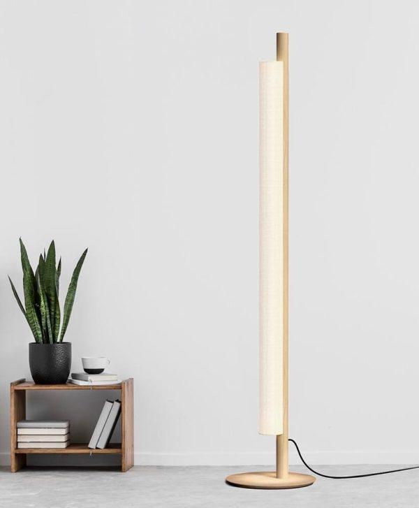 STick lámpara de pie madera y lino blanco fabricada por El Torrent