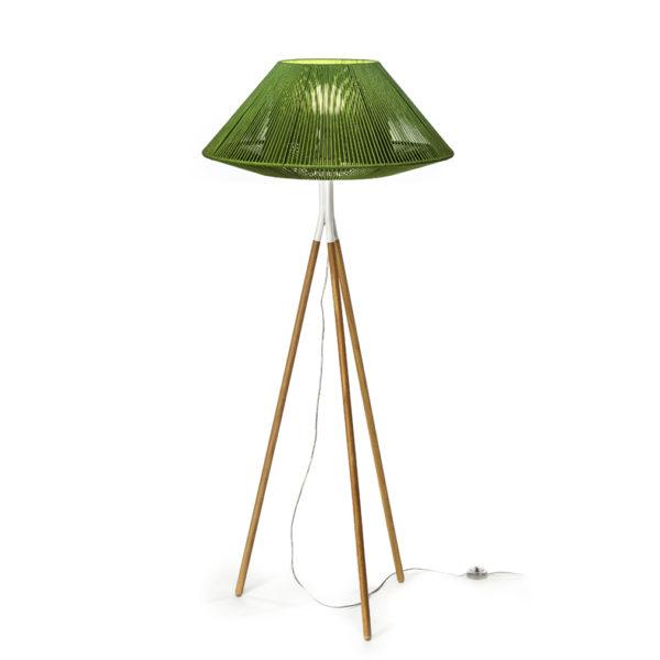 Lámpara de pie para interior Koord con trípode de madera fabricada por El Torrent