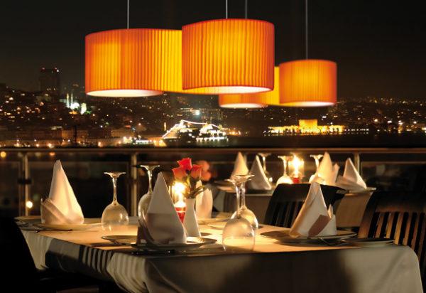 Duna lúminaria de suspensión en restaurante fabricada por El Torrent